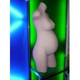 Torso maniquí embarazada en color carne recto en poliestileno (plástico rígido).